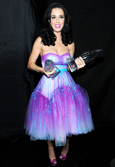 In an irridescent violet and blue ballroom gown by Betsey Johnson at the 2011 People's Choice Awards in L.A.