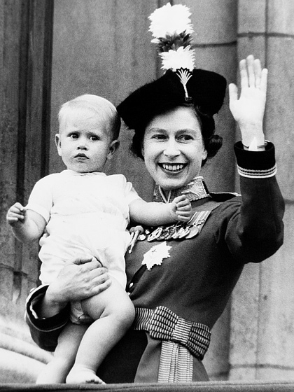 Queen Elizabeth II's fourth and youngest son is Prince Edward , Earl of Wessex.