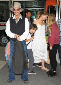 Johnny Depp, his children and Amber Heard arrive in Japan