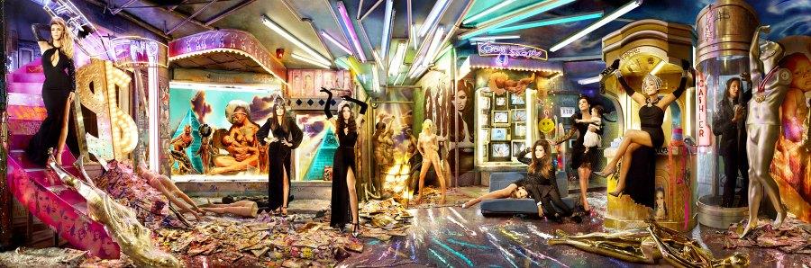 1386011633_kardashian-christmas-card-zoom