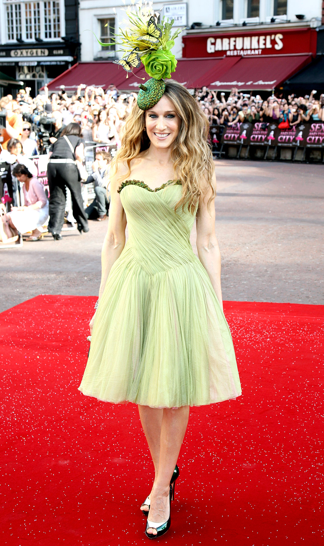 Embracing spring, Parker—who ran the label Halston Heritage from 2010 to 2011—sported a grass-colored Alexander McQueen dress with an avant-garde Philip Treacy fascinator at the Sex and the City movie premiere on May 12, 2008.