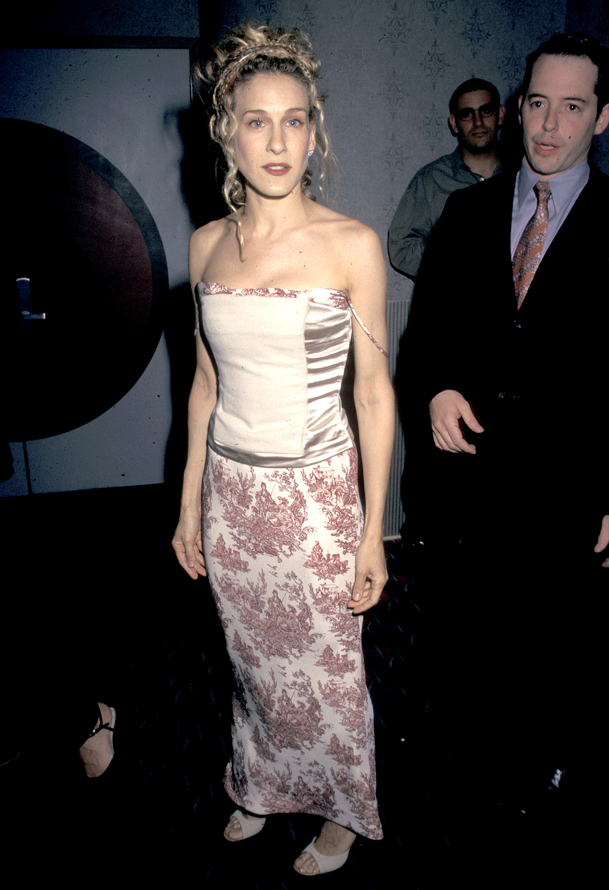 Right before she became a veritable household name and fashion icon, Parker attended the premiere screening of the pilot for Sex and the City on June 2, 1998. Wearing a blush-colored corset-style strapless top with a baroque-printed skirt, the show's Carrie Bradshaw definitely stood out.