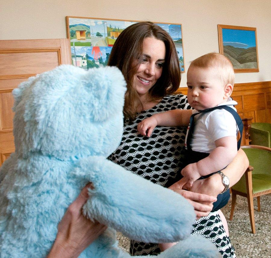 1397053675_kate-middleton-prince-george-teddy-bear-zoom