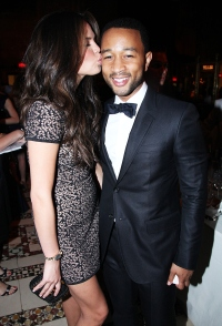 1441987548_john-legend-chrissy-teigen-kissing-2011-zoom
