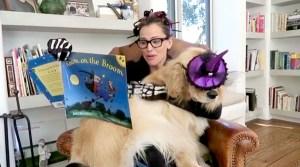 jennifer-garner-reads-to-dog