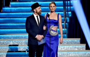 Kristian-Bush-and-Jennifer-Nettles-sugarland-cma-awards-2017