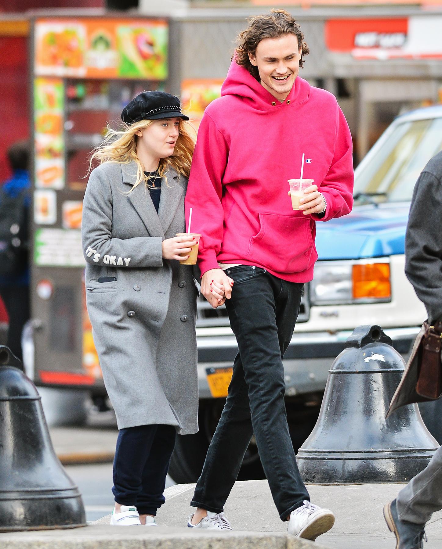 Dakota Fanning Holds H... Dakota Fanning Boyfriend