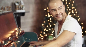 Joey Lawrence debuts 'Christmas Time' Music Video