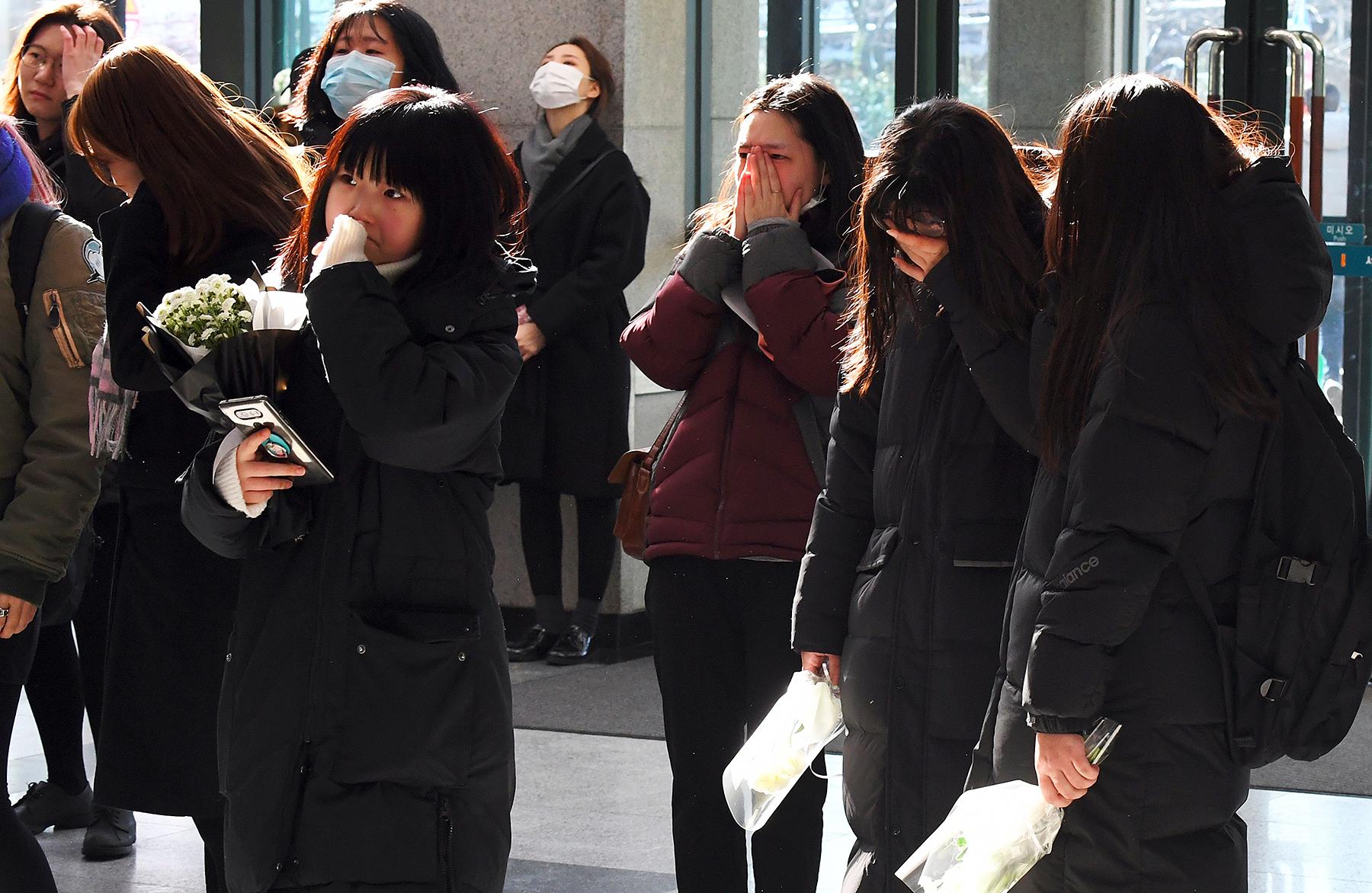 Kim Jong-Hyun fans mourn