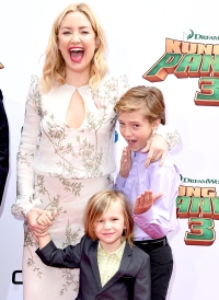 Kate-Hudson-(R)-with-sons-Ryder-Robinson-and-Bingham-Hawn-Bellamy
