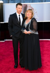 chris-evans brought family to oscars