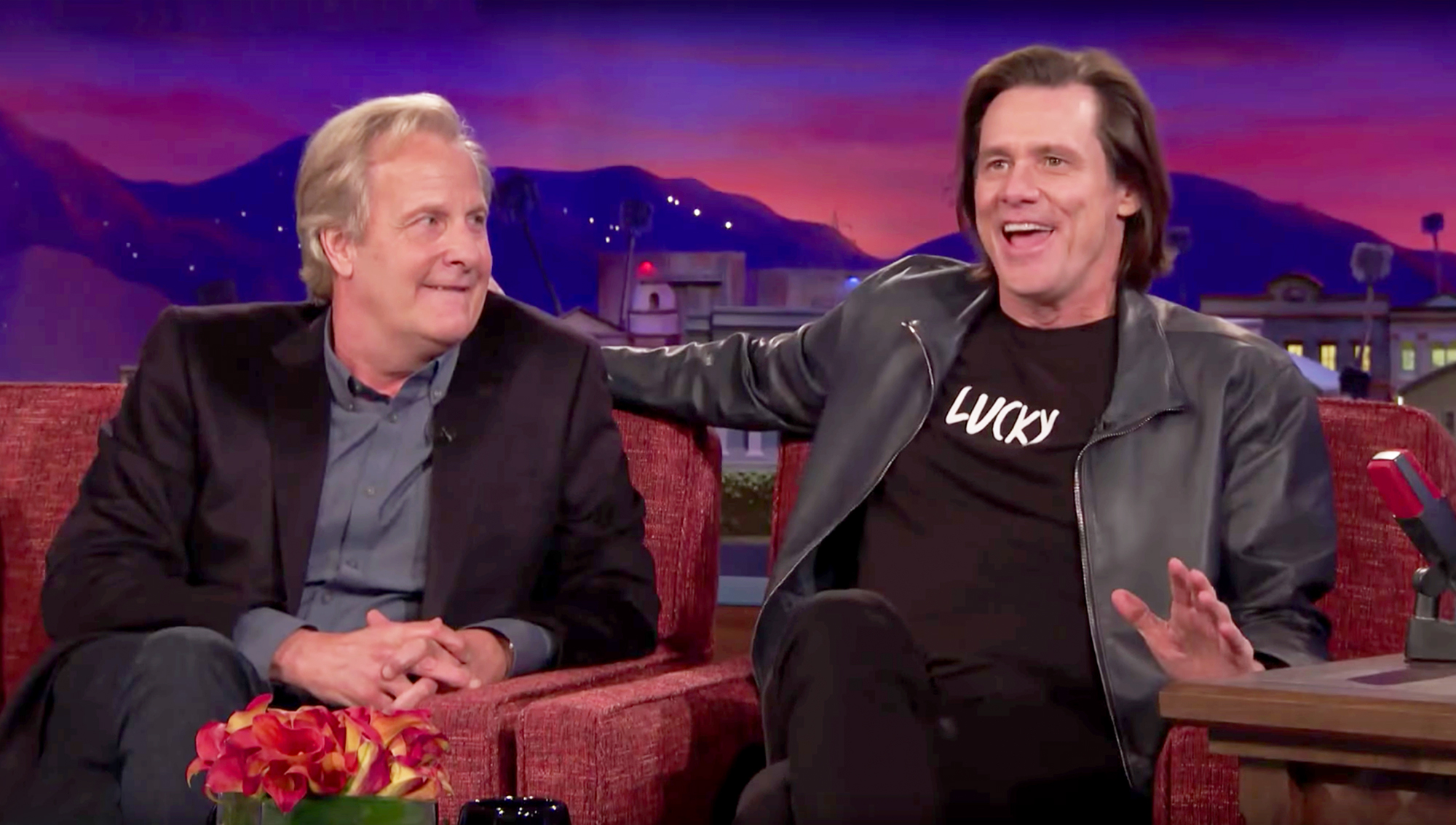 Jim Carrey gatecrashes 'Dumb and Dumber' co-star Jeff Daniels' interview
