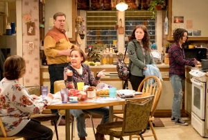 Roseanne Barr, John Goodman, Laurie Metcalf, Emma Kenney and Sara Gilbert on 'Roseanne'