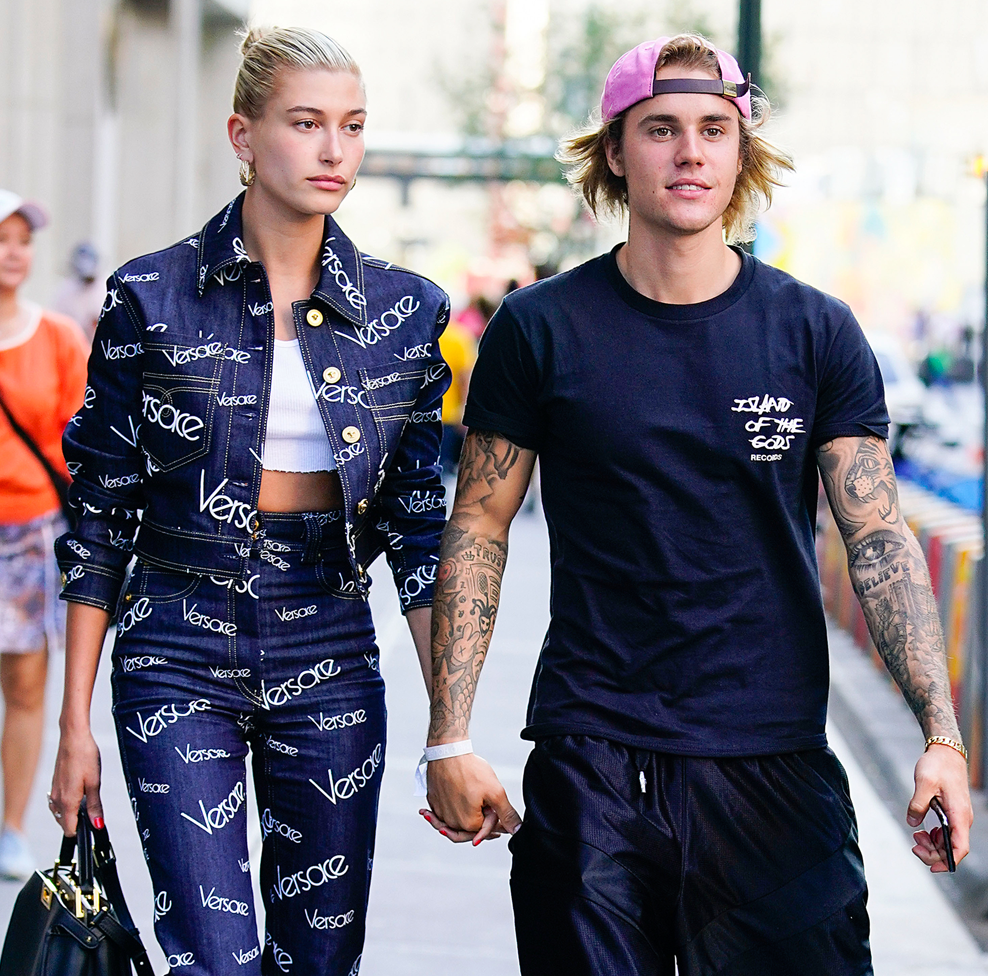 How is justin bieber dating 2020