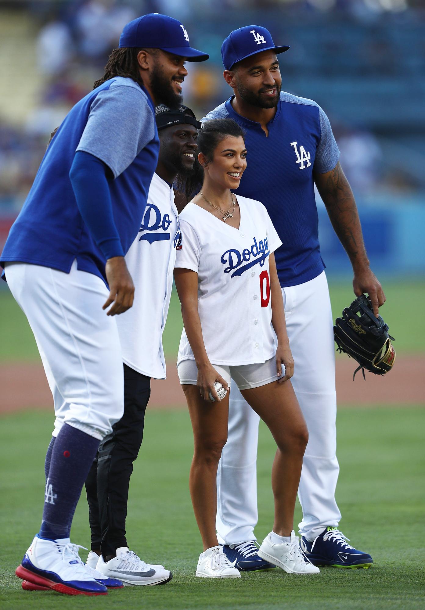 ¿Cuánto mide Kourtney Kardashian? - Altura - Real height 05-kourtney-kardashian-throws-first-pitch