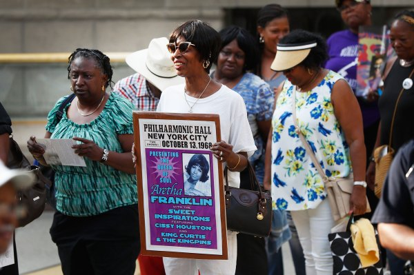 Aretha Franklin's Fans Say Final Goodbyes at Open-Casket Visitation