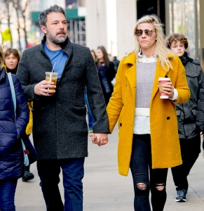 Ben-Affleck-and-Lindsay-Shookus-drinking-split