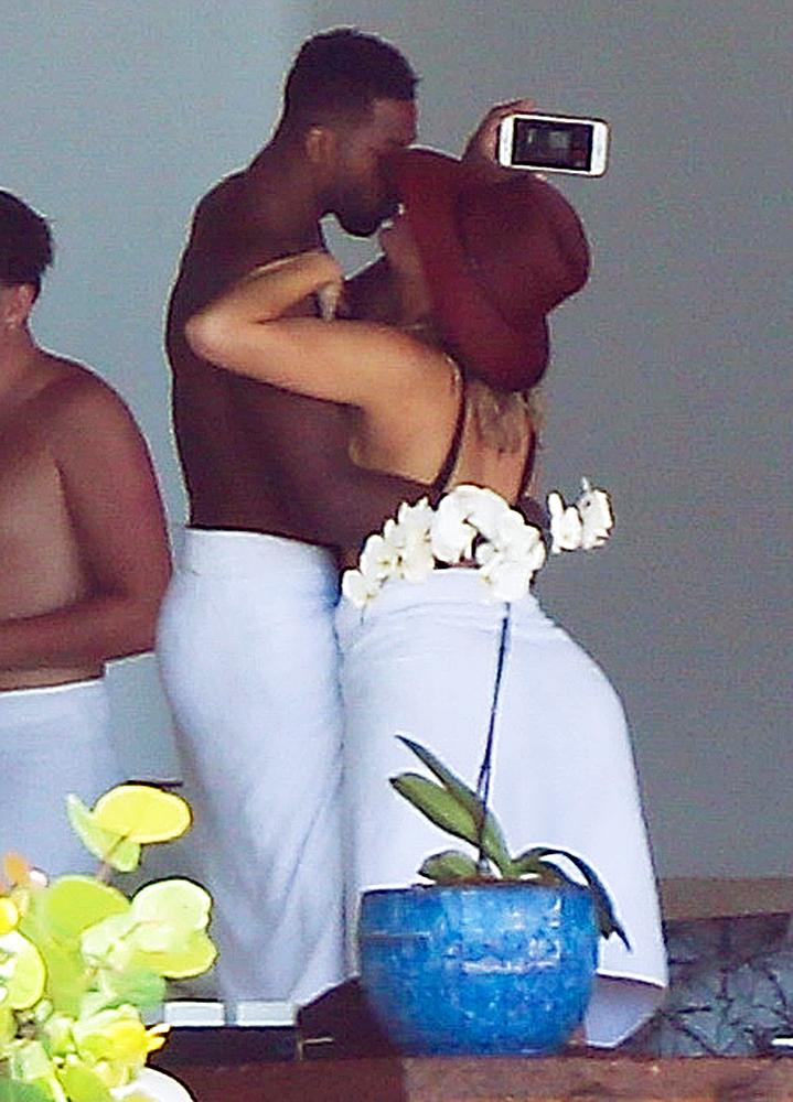 Khloe Kardashian Tristan Thompson Mexico Vacation Kissing Selfie