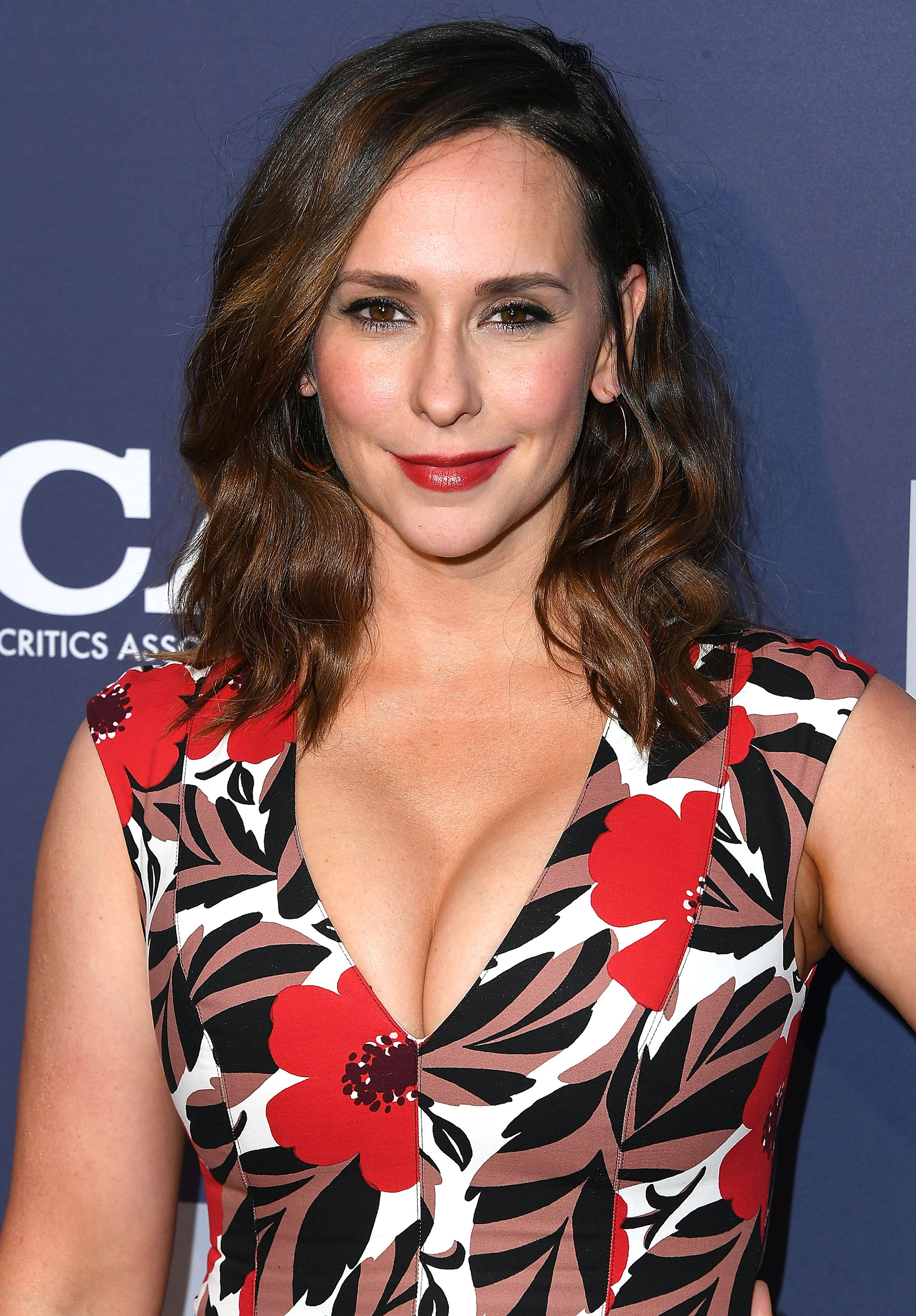 The Stars Joining Fall TV - Making her return to TV for the first time in three years, Jennifer Love Hewitt will take over as the new 911 operator, following the departure of Connie Britton, on Fox's 9-1-1 . Hewitt takes on the role of Buck's sister Maddie who moved to town to get away from an abusive ex.