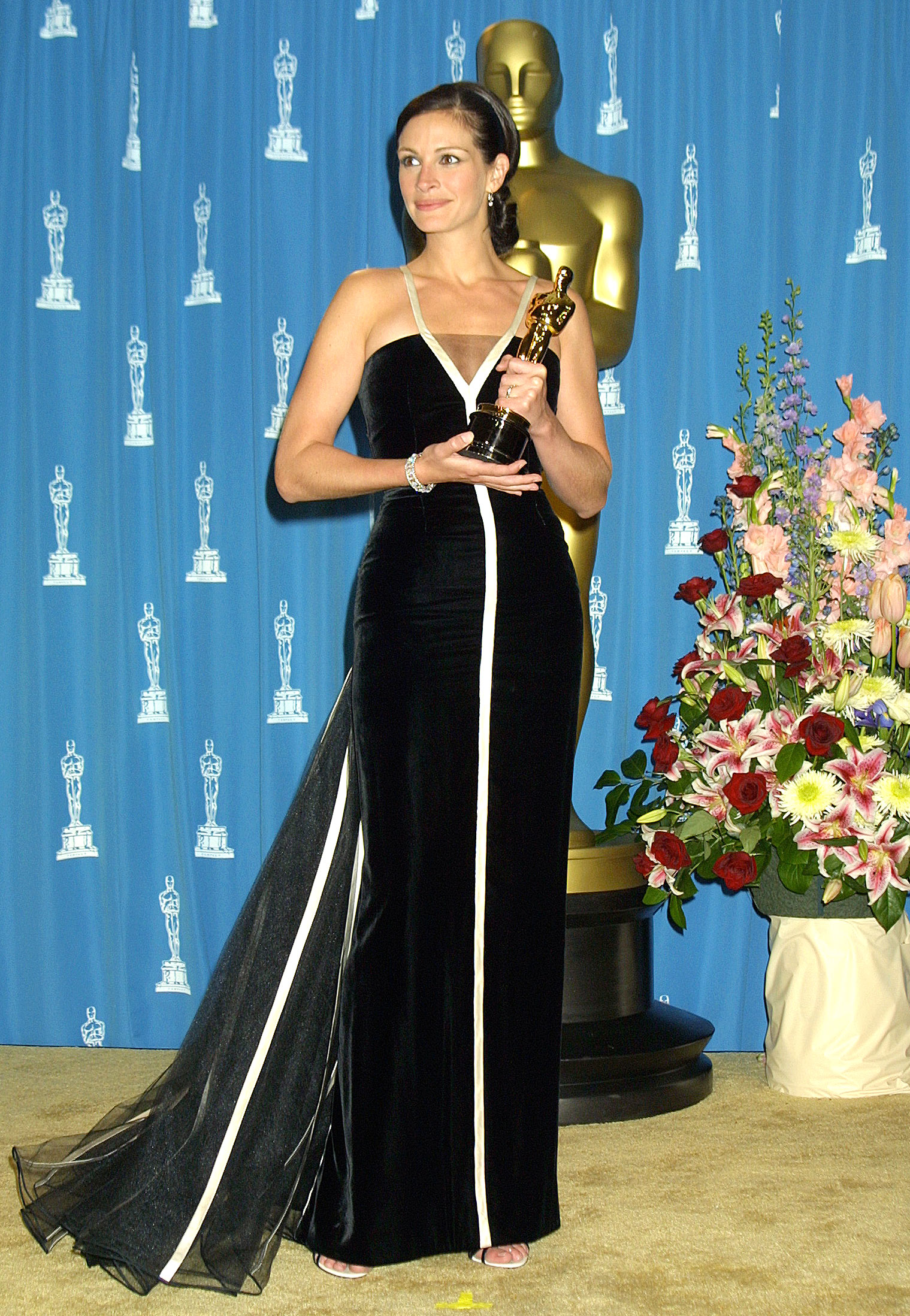Julia-Roberts-9 - Taking home a Best Actress Oscar for her role in Erin Brockovich at the 2001 ceremony, she wowed in a vintage Valentino gown from the fashion house's 1982 collection.