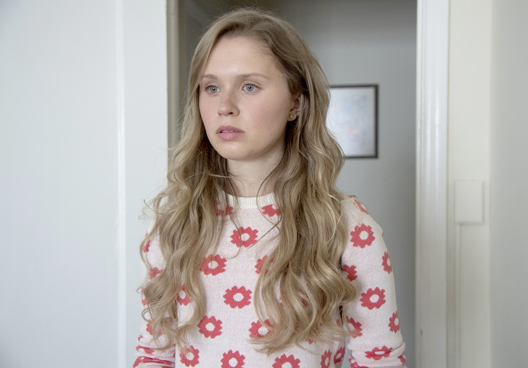 Eliza-Scanlen-Sharp-Objects - It's not easy to stand out among a cast that includes Amy Adams and Patricia Clarkson . However, newcomer Eliza Scanlen did just that in Sharp Objects , taking on the twisted role of Amma Crellin.
