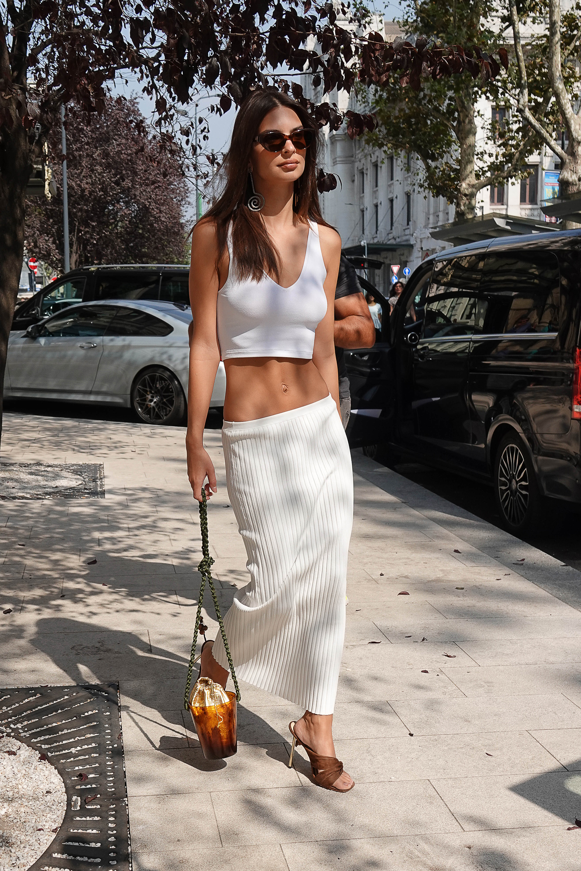 Emily Ratajkowski abs - Sightseeing in Milan required an easy, breezy outfit.