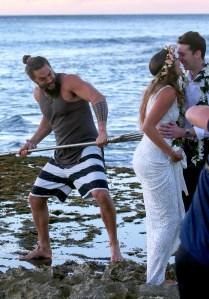 Jason-Momoa-photobomb-wedding-couple