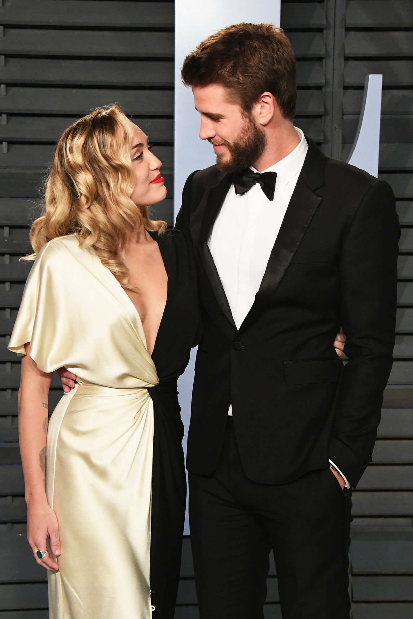 Miley Cyrus Liam Hemsworth - Miley Cyrus (L) and Liam Hemsworth attend the 2018 Vanity Fair Oscar Party hosted by Radhika Jones at Wallis Annenberg Center for the Performing Arts on March 4, 2018 in Beverly Hills, California.