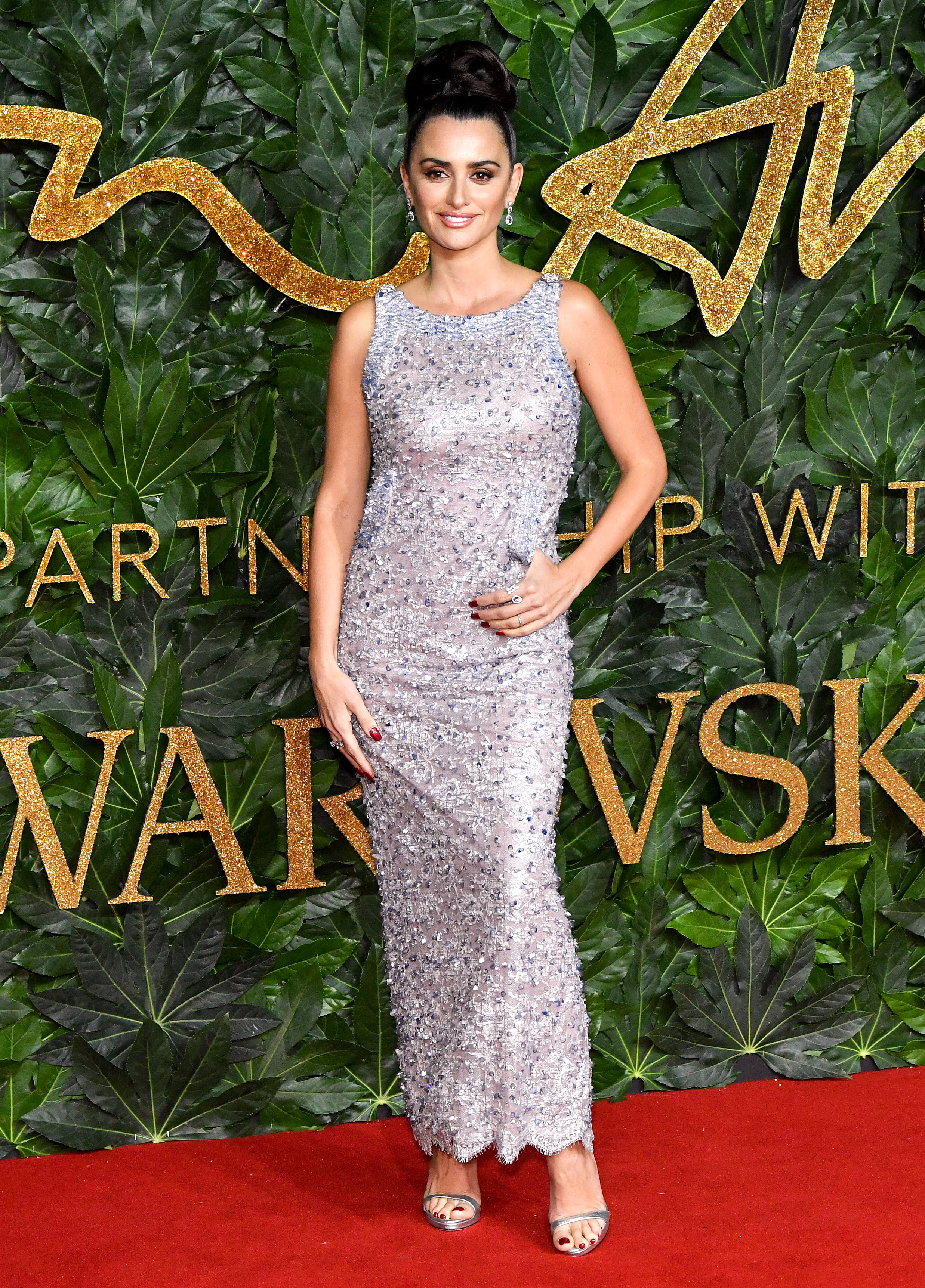 Penelope-Cruz - The Spanish beauty sparkled in a floor-length Chanel dress with a kangaroo pocket and Swarovski jewelry.