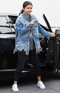 Selena Gomez Steps Out After Rehab Treatment