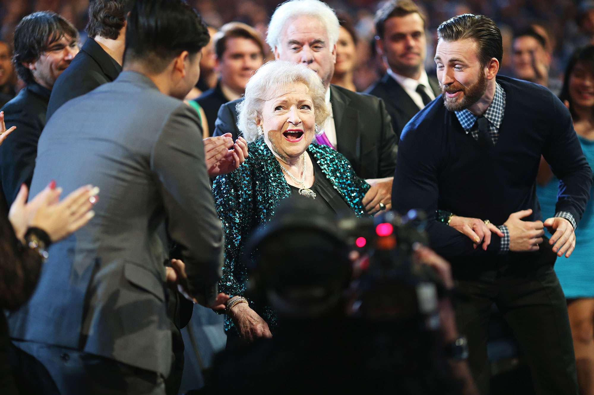 Awards Shows Audience Reactions Betty White Chris Evans Peoples Choice Awards 2015 - The legendary comedian looked too cute after Chris Evans offered to help her to the stage at the 2015 People's Choice Awards.
