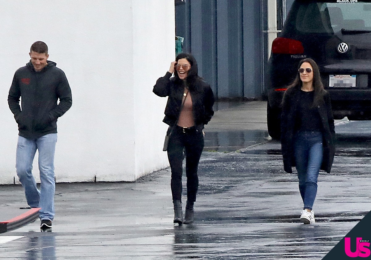 Lauren-Sanchez-Steps-Out-Jeff-Bezos-Affair - The media personality looked defiant as she stepped out with two pals.