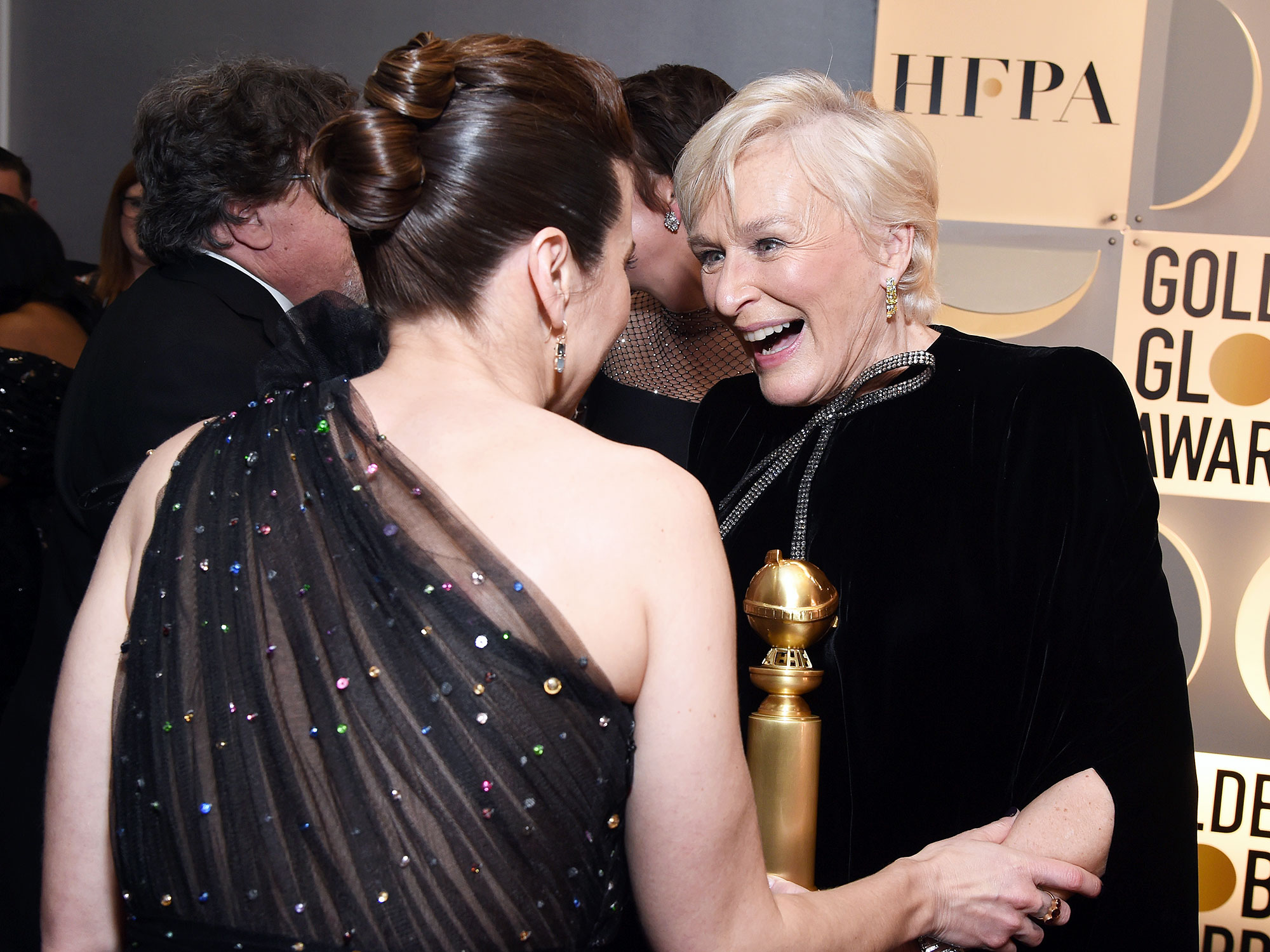Inside Golden Globes 2019 Linda Cardellini Glenn Close - Linda Cardellini took a moment to congratulate Glenn Close backstage after the Wife star won best actress in a drama film.