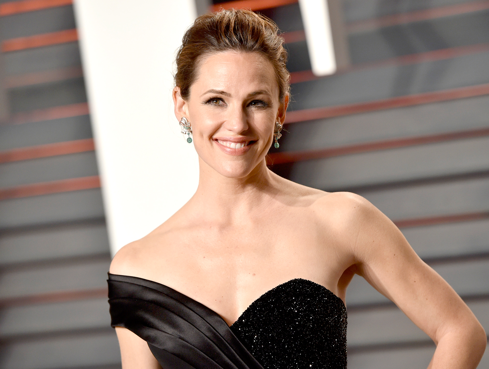 jennifer-garner-dating-history - Lots of costars and a not-so-famous face! Jennifer Garner has boasted a love life filled with long-lasting relationships throughout her time in Hollywood.