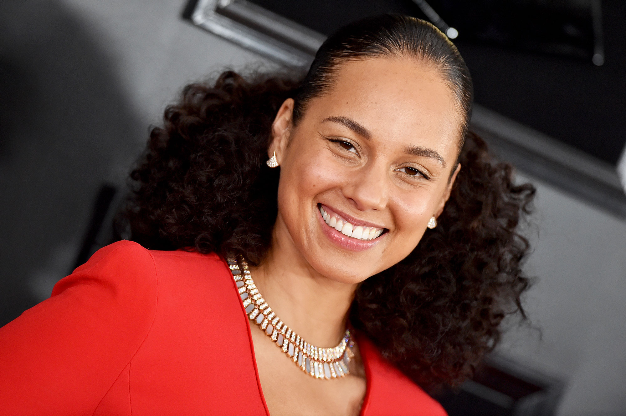 grammys 2019 Alicia Keys - Alicia Keys' glowing skin The host made five fabulous wardrobe changes, complete with hairstyle swaps but one thing remained constantly gorgeous throughout the show: Keys, known for her no makeup movement, showed off glowing skin, her freckles and a seemingly effortless no-makeup makeup look. Her pro, Dotti, simply blended a touch of Burt's Bees Complete Nourishment Facial Oil with a drop each of the brand's Goodness Glows Full Coverage Liquid Makeup in Walnut and Deep Maple to impart a golden natural look.