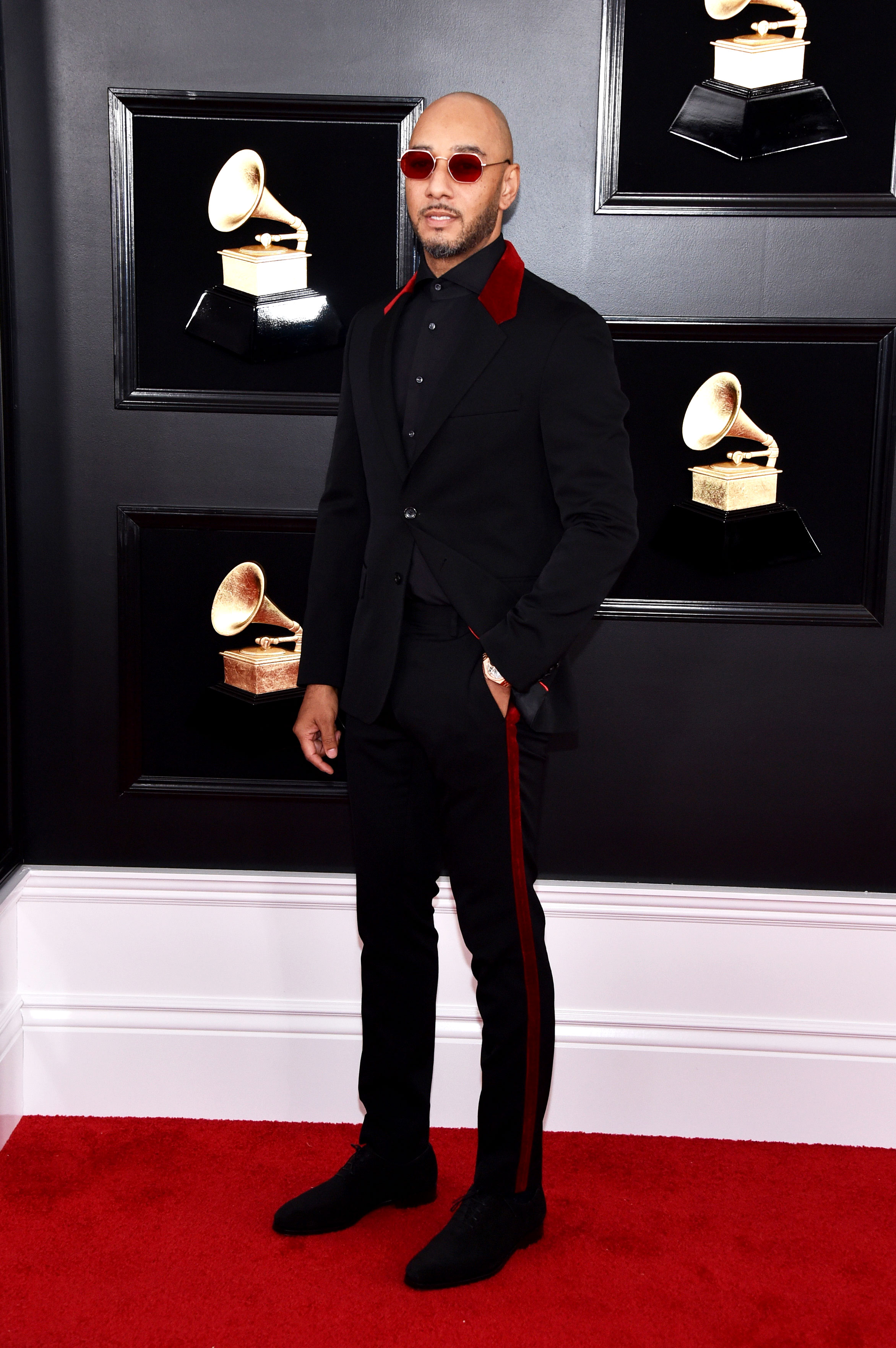 grammys 2019 Swizz Beatz - Red accents added some edge to the rapper's Tommy Hilfiger suit.