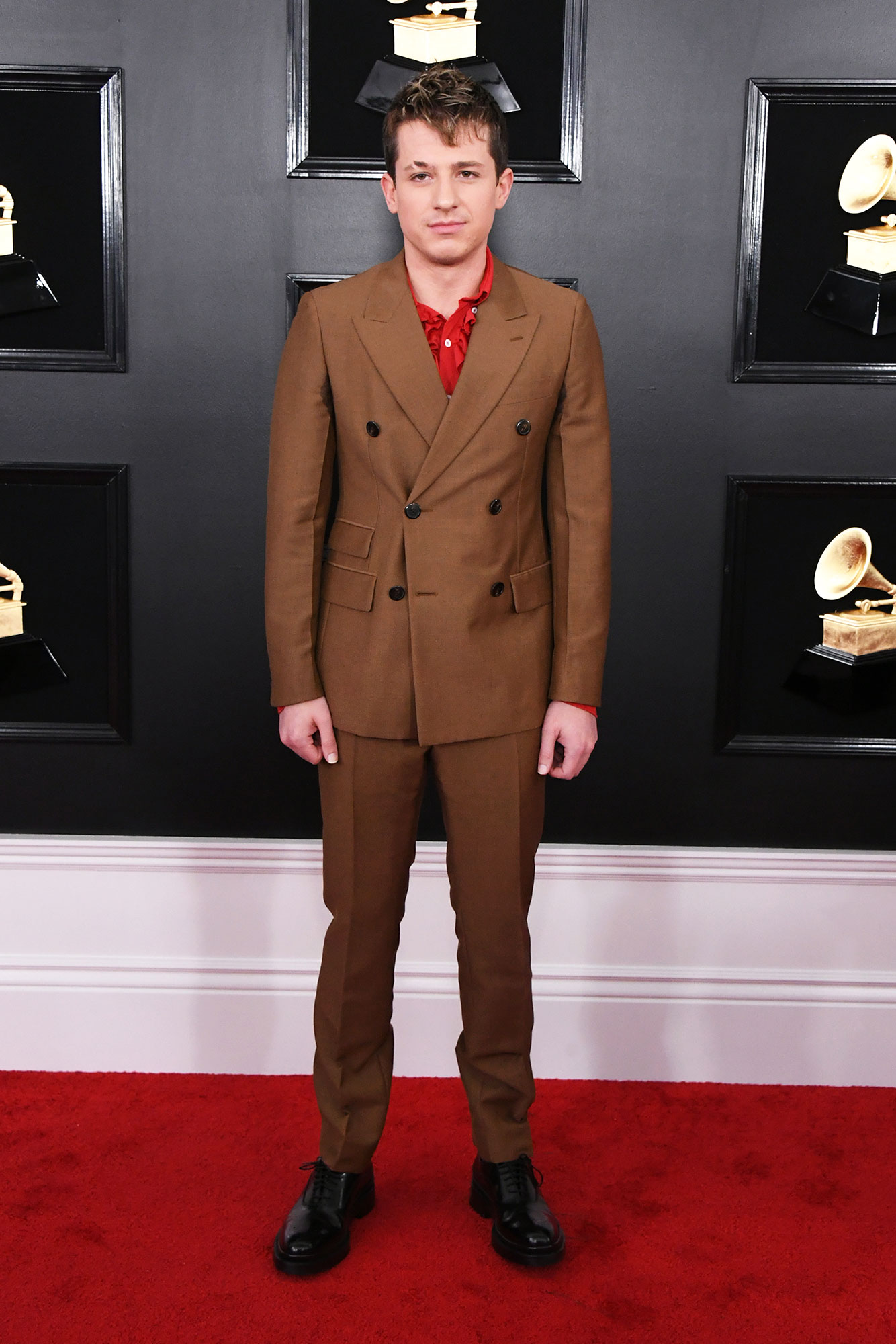 grammys 2019 Charlie Puth - We were getting '70s vibes from the musician's double-breasted brown Prada suit that he paired with a red shirt.