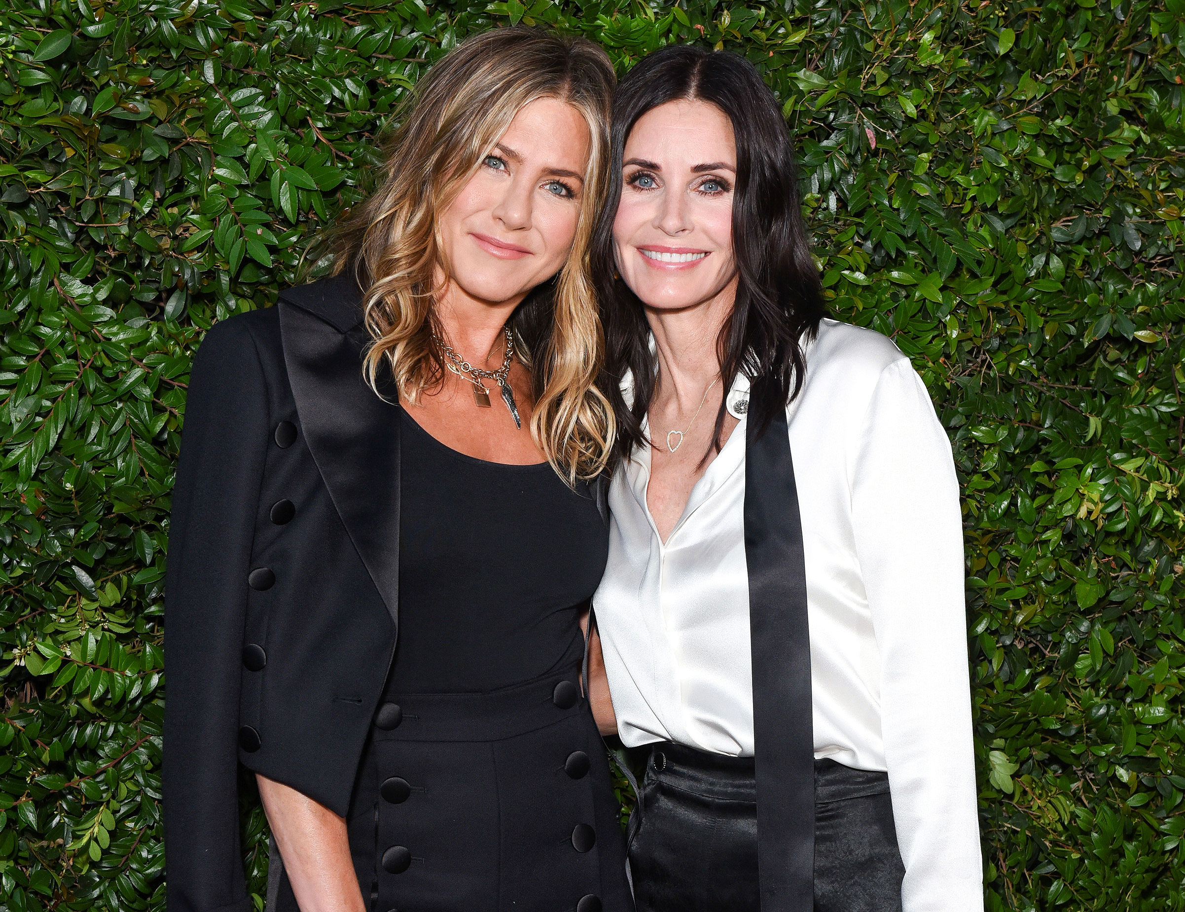 ennifer Aniston, Courteney Cox and Friends Arrive Safely in Cabo After Emergency Plane Landing - Jennifer Aniston and Courtney Cox attend CHANEL Dinner Celebrating Our Majestic Oceans, A Benefit For NRDC on June 2, 2018 in Malibu, California.