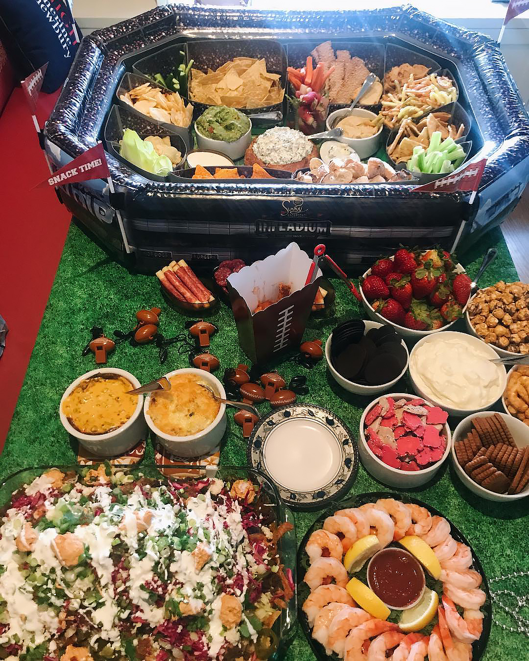 "Kelly Ripa, Bethenny Frankel and More Share Their Super Bowl Sunday Eats - Though the Mindy Project alum revealed on Instagram that she was ""sipping Gatorade"" thanks to a ""poorly timed stomach bug,"" that didn't stop her from bringing in a private chef to whip up a drool-worthy Super Bowl spread. ""Notice the inflatable football stadium that housed dips and snacks,"" the Ocean's 8 star wrote on Instagram."