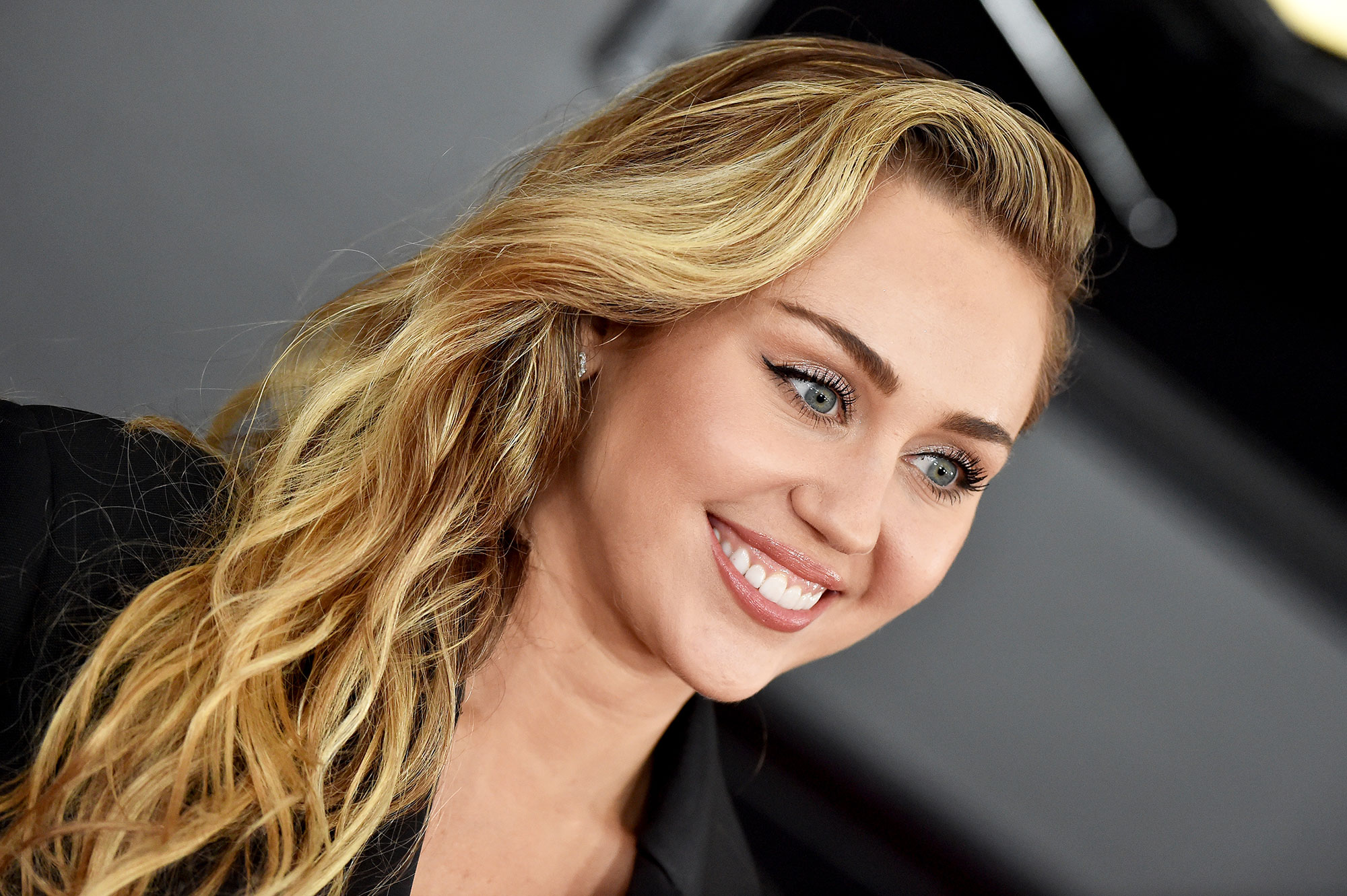 grammys 2019 Miley Cyrus - Meow! For the singer (and newlywed!), makeup pro James Kaliardos painted the daintiest of winged liner to bring out her eyes in a subtle yet sexy way.