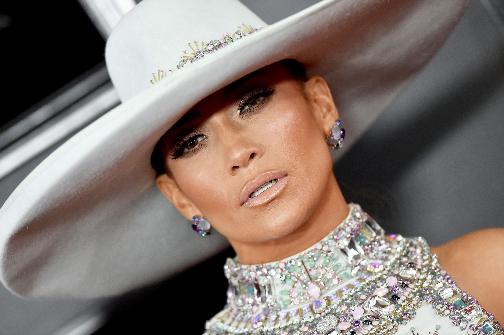 grammys 2019 Jennifer Lopez - Even though it was hard to see underneath her hat, the Grammy's performer wore a beautiful pair of Niwaka earrings.