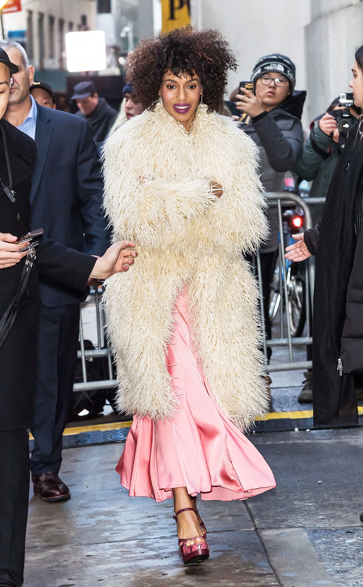 nyfw new york fashion week Kerry Washingto - Actress Kerry Washington is seen leaving the Michael Kors Fashion Show during New York Fashion Week at Cipriani Wall Street on February 13, 2019 in New York City.