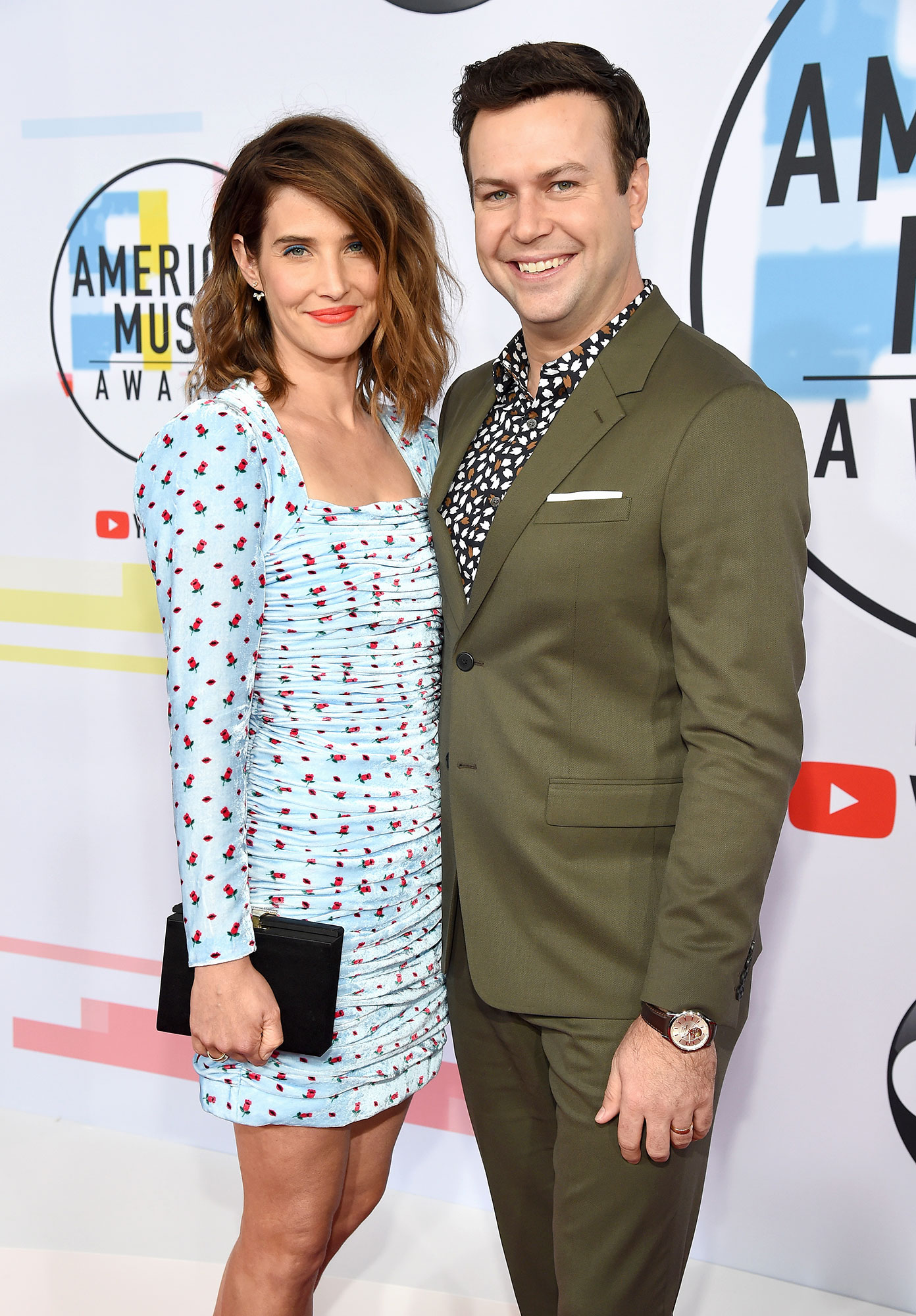 Taran Killam Reveals How and Where He and Wife Cobie Smulders 'Fell in Love' - Cobie Smulders (L) and Taran Killam attend the 2018 American Music Awards at Microsoft Theater on October 9, 2018 in Los Angeles, California.