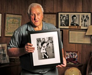 Sailor George Mendonsa in iconic Times Square kissing photo dies at 95