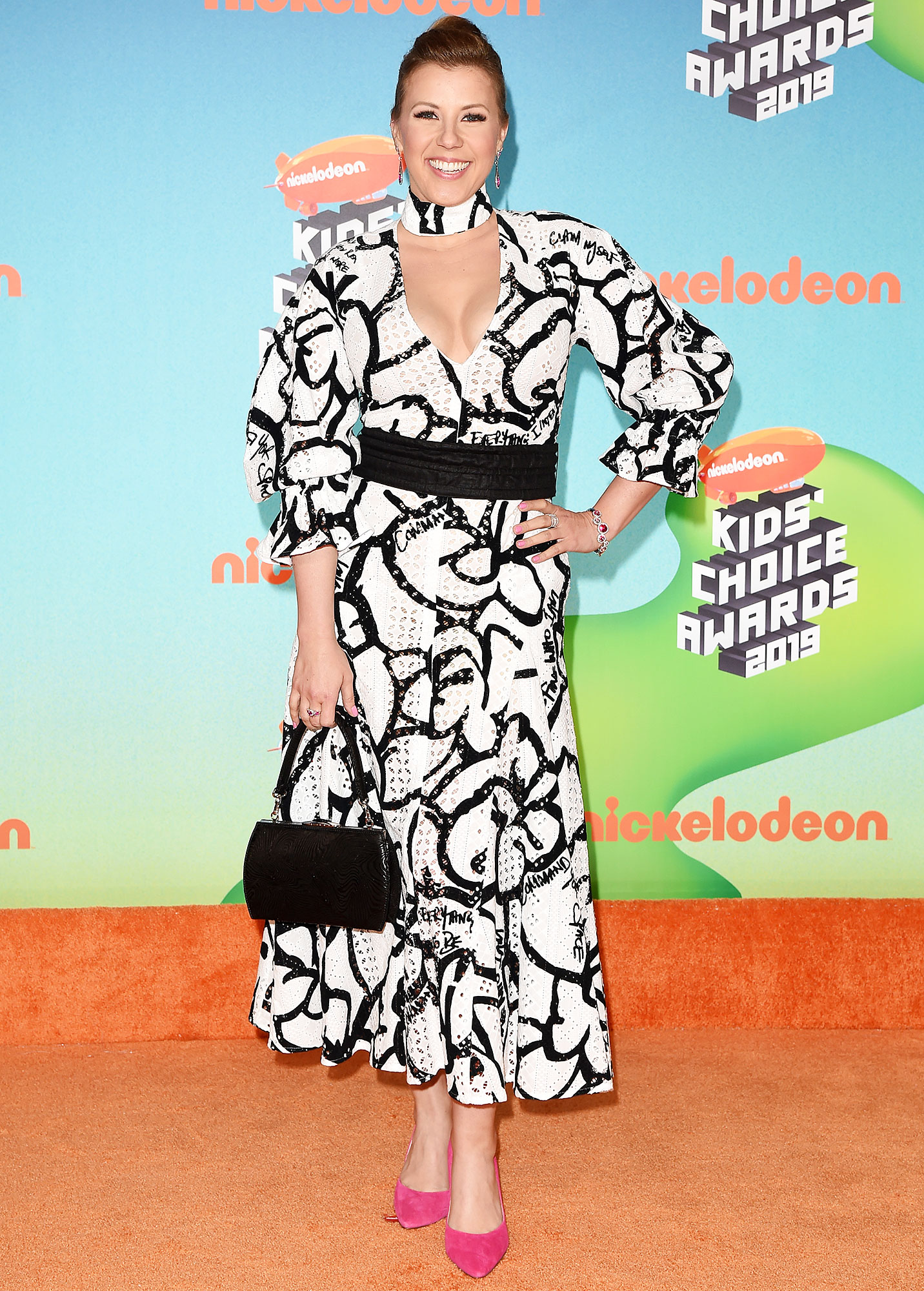Nickelodeon Kids Choice Awards 2019 Jodie Sweetin - Looking sweet and stylish, the Full House actress wore a black and white print dress that just hit her shins to show off her hot pink pumps.