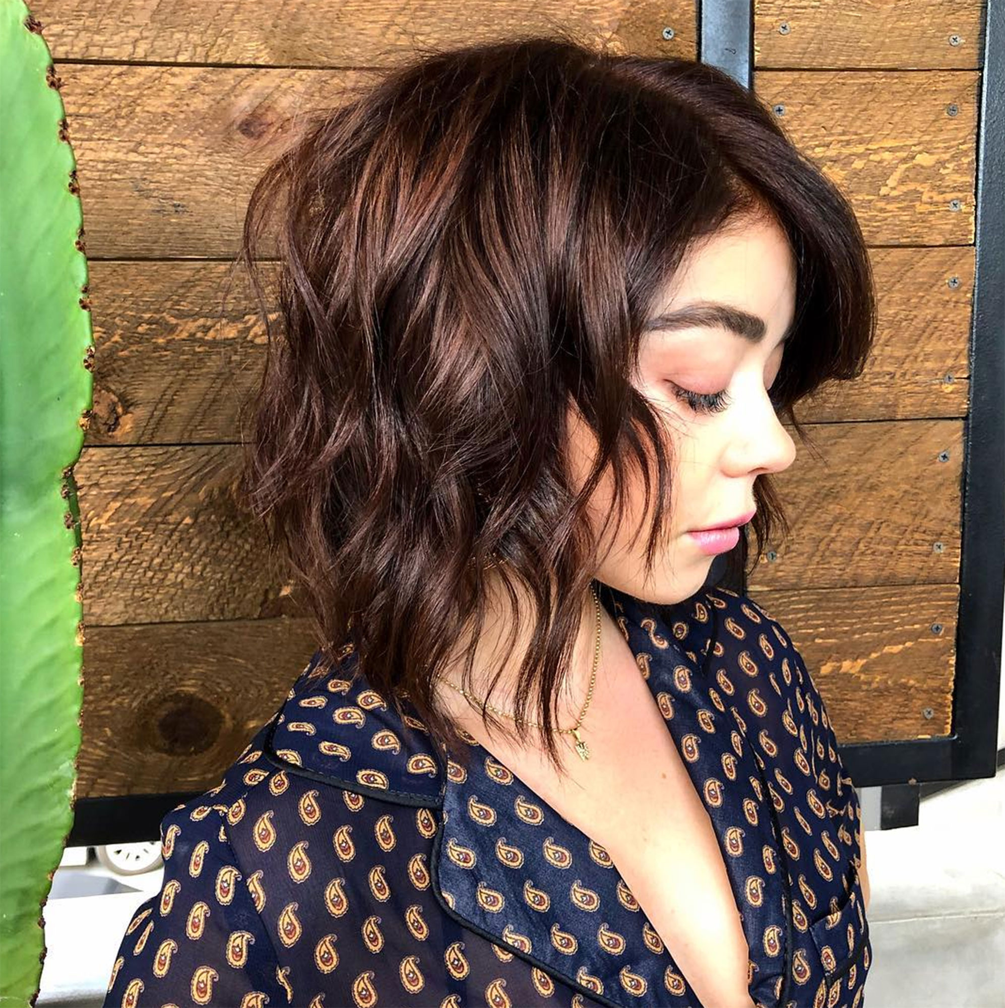 """Sarah Hyland Celebs Are Here With All the Coachella Beauty Inspo You Need - The Modern Family star debuted a choppy new 'do on March 22 that her mane woman Nikki Lee described as """"shagged auburn."""" """"Sarah's embracing her natural texture and length,"""" Lee tells Us . """"This look is perfect for festival season and looks best on naturally curly or wavy hair."""""""