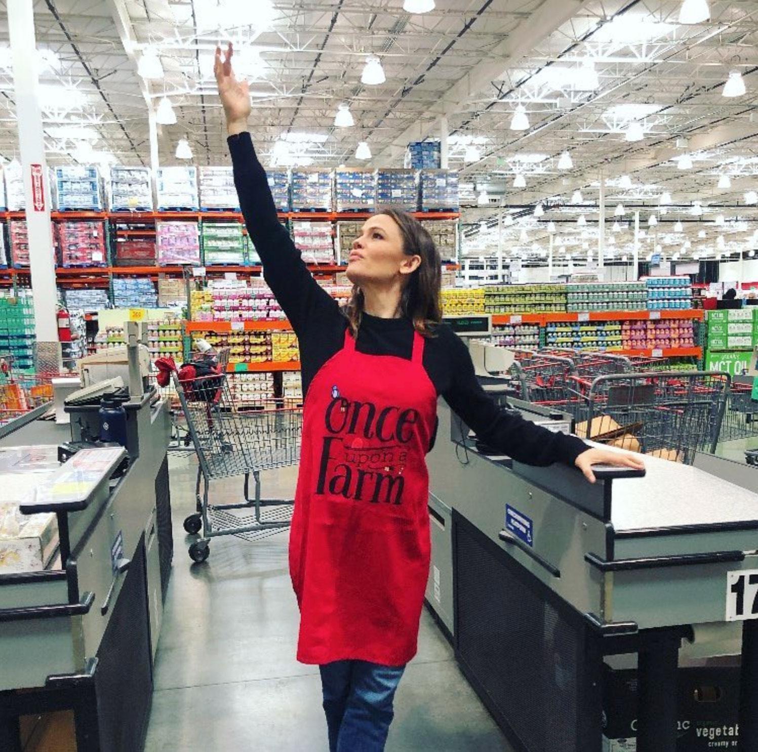 Jennifer Garner Hands Out Food Samples Costco