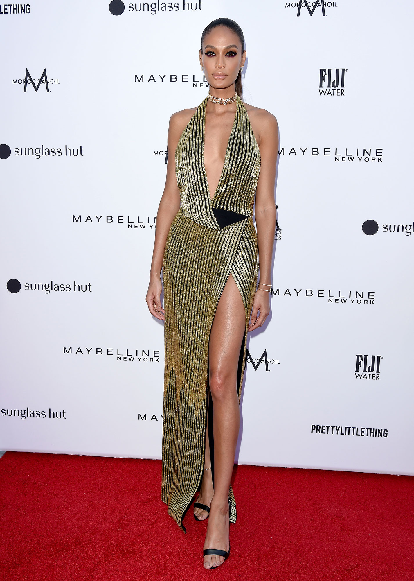 Stars Brought Their Style A-Game to the Daily Front Row Fashion Awards - Embracing the high-slit and deep neckline, the Victoria Secret model look was sensually elegant.
