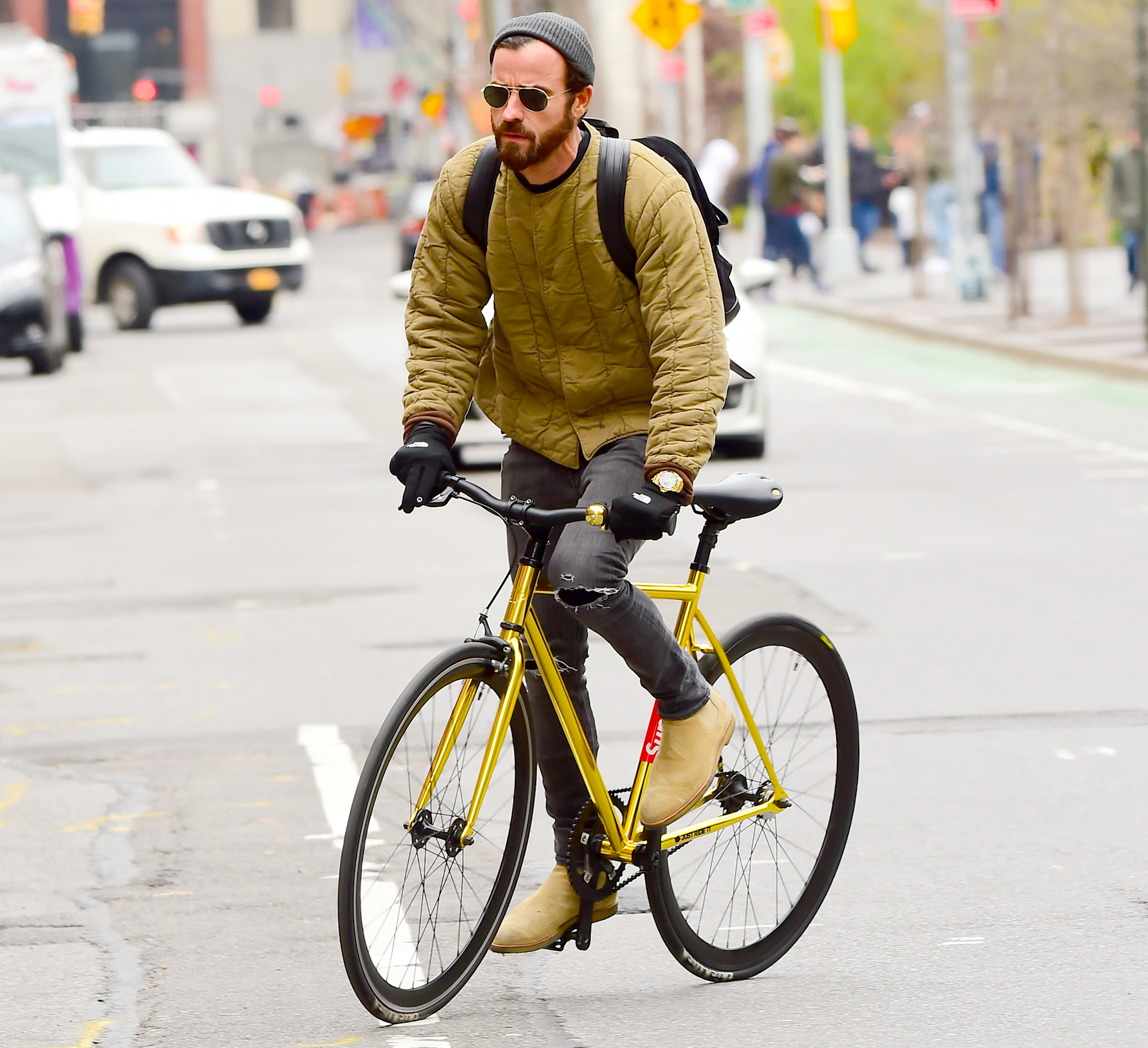 Justin-Theroux-biking - NEW YORK, NY – APRIL 17: (EXCLUSIVE COVERAGE) Actor Justin Theroux is seen biking in Soho on April 17, 2018 in New York City. (Photo by Raymond Hall/GC Images)