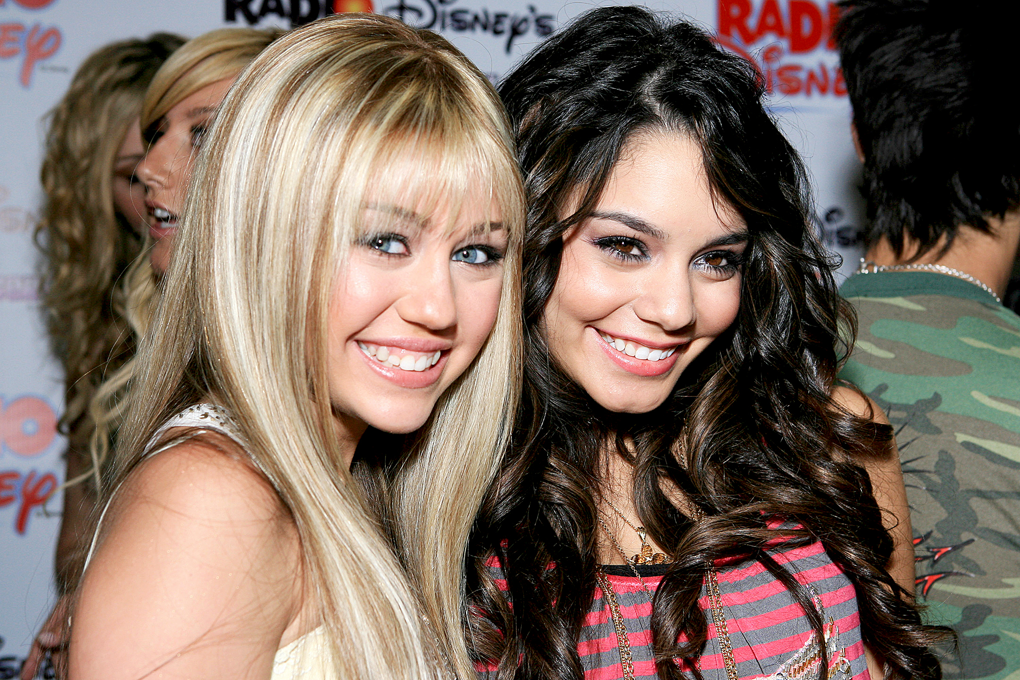 miley-cyrus-vanessa-hudgens - The former High School Musical star sidled up to Cyrus in a sweet throwback.
